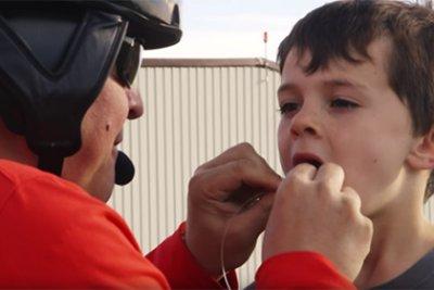 Американский пилот вырвал сыну молочный зуб с помощью вертолета