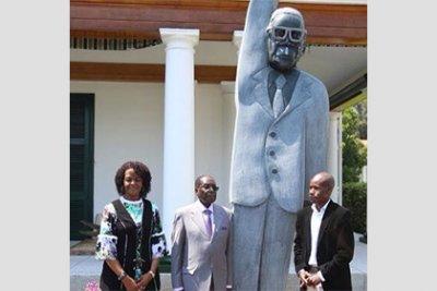 В сети сравнили памятник президенту Зимбабве с Гомером Симпсоном