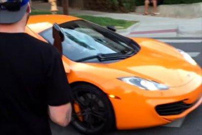 Разбивший стекло McLaren скейтер стал героем вирусного видео
