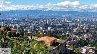 Легкий самолет с американкой на борту упал на парковку в Гватемале, три человека пострадали